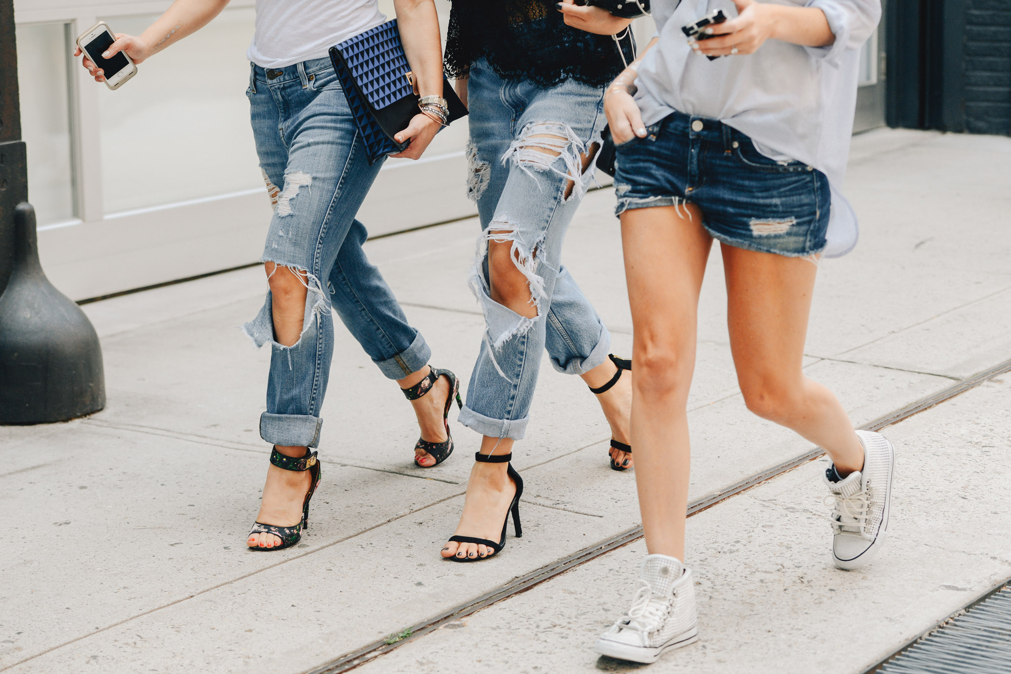 frayed-denim_ripped-jeans_how-to-fray-your-jeans_Tommy-Ton-Spring-2015-RTW